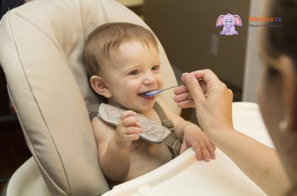 Jak naučit dítě jíst pevnou stravu (věk cca 6 měsíců a dále)