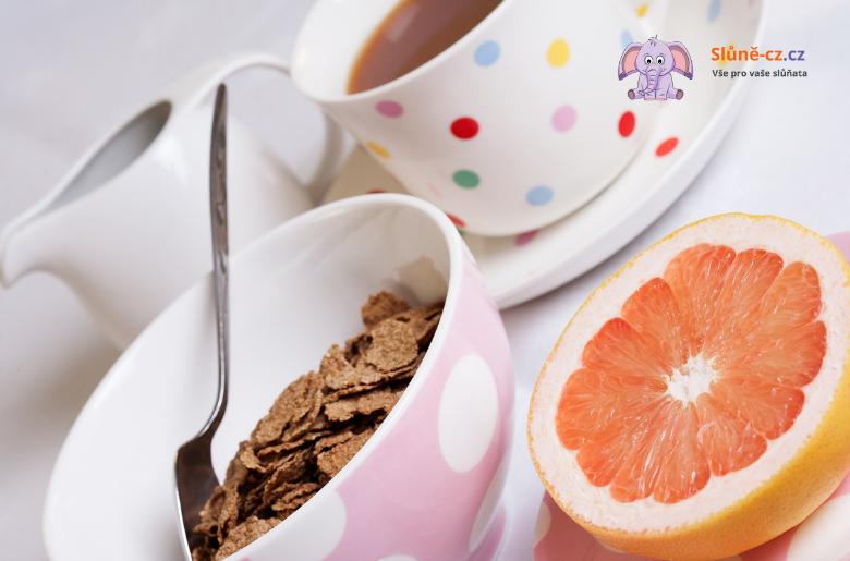 Jak naučit dítě jíst příborem – věk 2+
