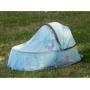 Lehká skládací přenosná postýlka Ludi vhodná na spaní i jako hrací deka se zavěšenými odnímatelnými hračkami. Chrání miminko před sluncem, větrem a hmyzem.