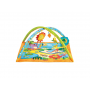 Krásně barevná deka s veselými obrázky a skrytými aktivními prvky. Na deku se instalují dvě hrazdy, na kterých jsou zavěšeny hračky.