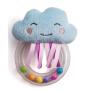 Chrastítko tvoří měkká plyšová hračka ve tvaru mráčku a průhledný plastový kroužek naplněný barevnými korálky.