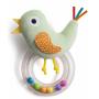 Chrastítko tvoří měkká plyšová hračka ve tvaru ptáčka a průhledný plastový kroužek naplněný barevnými korálky.