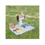 Měkká a prostorná hrací deka s voděodolnou spodní stranou je ideální pro použití venku. Součástí výrobku je taška s držadlem.