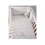 Měkká přikrývka s lehkou výplní ze 100% bavlny je ideální pro přikrytí miminka v postýlce.