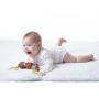 Měkká textilní hračka Tiny Love v podobě milého medvídka chrastí a šustí a po natažení vibruje. Součástí hračky je i kousátko, které pomáhá ulevit citlivým dásním dítěte při prořezávání prvních zoubků.