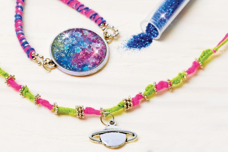 57338c5fb Výroba náramků a náhrdelníků . Do medailonků si může holčička vložit, co je  pro ni