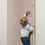Chrání ruce dětí před přivřením do dveří, spolehlivě drží na dveřích bez sklouznutí.