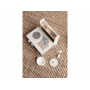 Kompaktní dřevěná kuchyňka s vařičem, dřezem a dalším příslušenstvím.