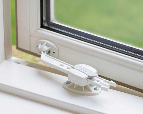 BabyDan zajištění okna