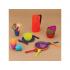 Barevná sada nádobí v krásném designu pro dětskou hru. Sada obsahuje 4 talířky, 4 kelímky, 4  misky a 4 příbory s karafou na džus. Po párty všechno snadno složíte do praktické tašky na zip s uchem na přenášení.