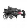 V ceně kočárku je pláštěnka, nánožník, pultík před dítě (madlo), nákupní košík a boudička. Klasický sportovní kočárek s vestavěným mechanismem skládání v rukojeti.