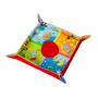 Hrací deka vhodná od narození. Tři odpojitelné aktivity: bezpečné zrcátko, chrastící míček a chrastítko/kousátko.