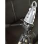 Angelcare AC1100 poskytuje nejvyšší komfort hlídání dechu, pohybů a zvuku s videem. Ve svém konceptu spojuje výkon kvalitního babyfonu s funkcí interkomu s citlivou kontrolou pohybů, barevný obraz v jednom mimořádném přístroji.  Dvě snímací desky pod matraci Kontroluje každý pohyb vašeho dítěte a pokud není detekován žádný pohyb po 20 sekundách, zazní ALARM, takže Vy a dítě můžete spát klidně.  Barevné video Umožňuje vidět živý ostrý obraz dítěte, ve dne i tmavé noci. Je to jako hledět do dětského pokoje, bez otevřených dvěří, bez zapnutí světla.  Denní & Noční vidění (infra kamera) Kamera na dětské Kontrolní jednotce s infračerveným přísvitem zachycuje ostrý obraz i ve tmě, takže můžete vidět, co se v pokoji děje, aniž byste rušili dítě ze spánku.  LCD dotykový displej Nastavení monitoru můžete měnit přes 7 cm dotykový displej Rodičovské jednotky. Jednoduché obrázkové ovládání. Klid na dosah ruky. dotykový displej 2-Way obousměrná komunikace Můžete mluvit do Rodičovské jednotky, jako do vysílačky a uklidnit dítě svým hlasem.  Zobrazení a ovládání teploty Největším problémem pro maminky a tatínky je bezpečnost dítěte, když spí samo v dětském pokoji. Je dítěti dobře? Je v místnosti příliš teplo nebo příliš chladno? Váš Angelcare ® AC1100 baby monitor zobrazuje teplotu v dětském pokoji na rodičovské jednotce a upozorní vás, pokud je příliš vysoká nebo příliš nízká.  Zoom Přiblížení a posun obrazu do stran umožní nahlédnout blíže k dítěti, když je potřeba.  2,4 MHz digitální přenos FHSS Buďte si jisti, že posloucháte své dítě a ne sousedů. AC1100 je vybaven digitálním přenosem s frekvenční hopping technologií FHSS k minimalizaci rušení a bezpečnému soukromí při komunikaci.  Timer - stopky Umožňují plánovat dobu spánku, bdění apod.  Noční světlo kontrolní jednotky Tlumené iluminační světlo uklidňující tyrkysové barvy.  Tic - pohyb je slyšet Zapnutím této funkce bude vaše rodičovská jednotka vydávat tikající zvuk, aby vás ujistila, že monitor pracuje (zachytává pohyby), 